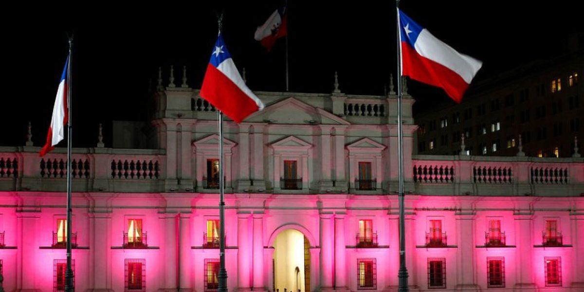[FOTOS] La Moneda se ilumina de rosado por el cáncer de mama