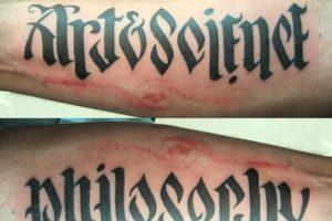 """""""Art & Science"""" y """"Philosophy"""" se puede leer en el mismo tatuaje. Imagen Por:"""