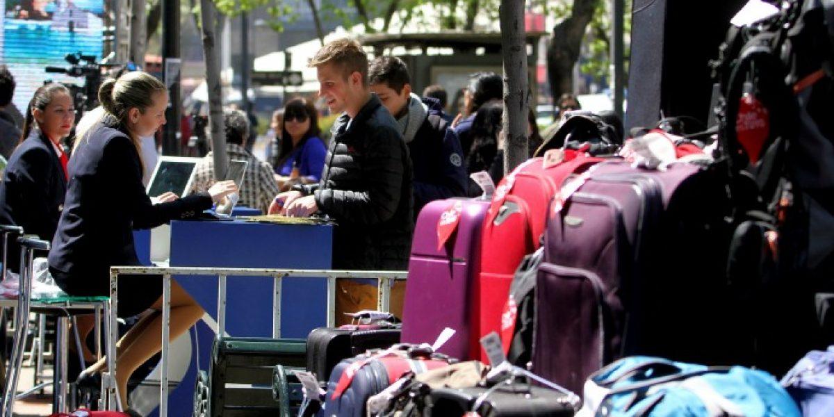 Galería: personas llegaron con maletas a Sernatur para ganarse viaje gratis