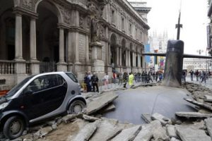 Revuelo en Italia: Submarino emerge en plena calle. Imagen Por: