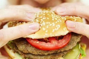 Los alimentos procesados estimulan la liberación de dopamina, lo que conlleva a comer en exceso. Además remueve componentes importantes como la fibra, el agua y las vitaminas, cambiando la manera en que son asimilados por el cuerpo.. Imagen Por: