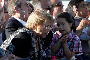 """La candidata de la Nueva Mayoría, Michelle Bachelet, llegó hasta el estadio Lo Blanco de la comuna de El Bosque, para participar del """"Concierto por la Democracia"""" en conmemoración de los 25 años del """"NO"""". En el acto la ex presidenta fue la única oradora. Foto:Agencia Uno. Imagen Por:"""