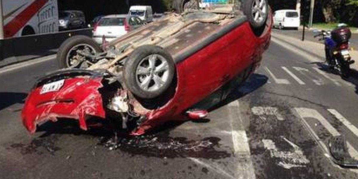Un auto volcado y corte de luz en sectores de Vitacura deja accidente de tránsito en Kennedy