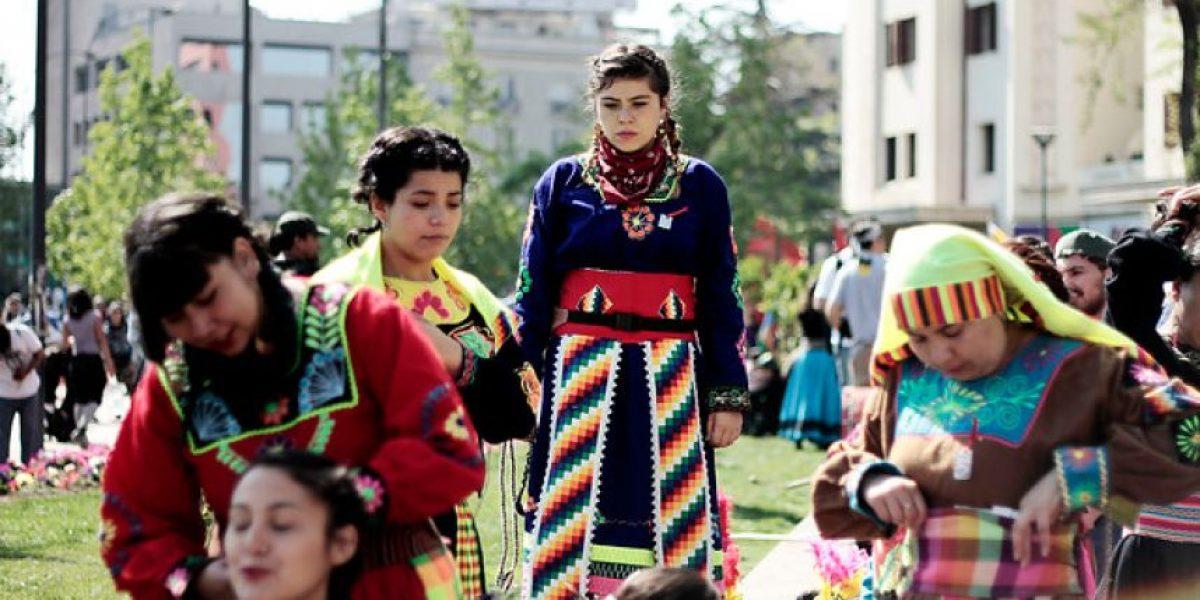 FOTOS: Colores y bellas mujeres marcan la marcha por la resistencia Mapuche