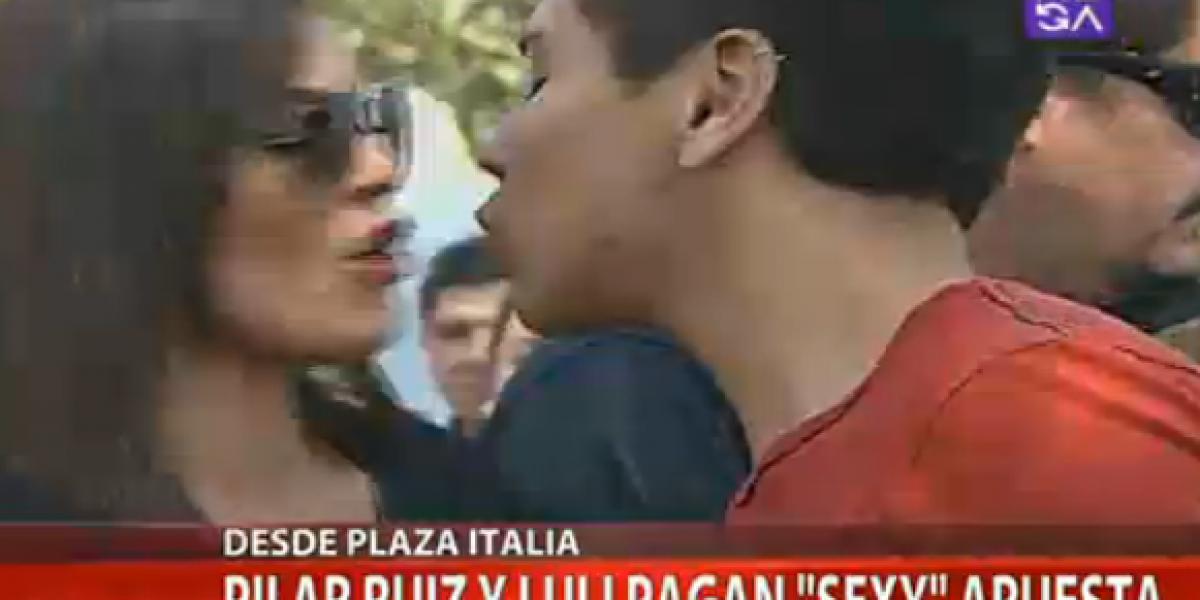 Luli y Pilar Ruiz pagan sus apuestas repartiendo piquitos y con cuerpos pintados