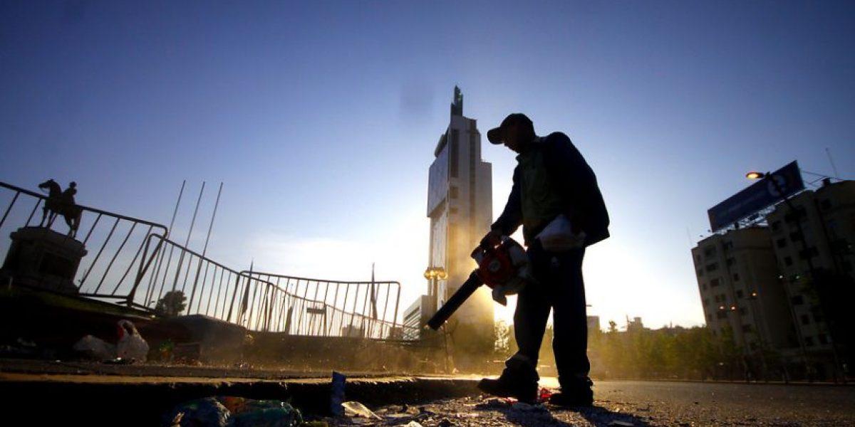 Fotos: Retiran basura de Plaza Italia tras masiva celebración por la Roja