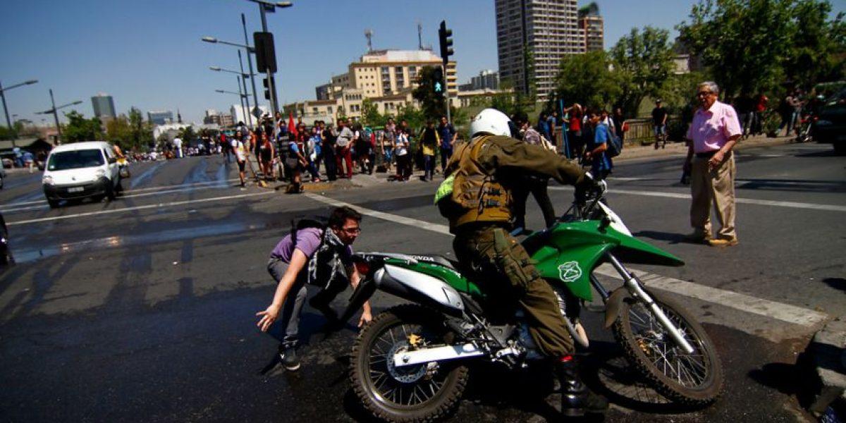 [FOTOS] Secuencia muestra a motorista de Carabineros a golpes con manifestante