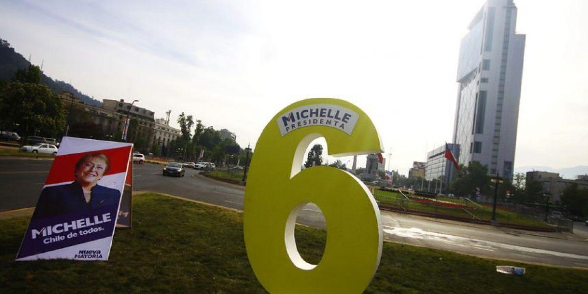Fotos: Plaza Italia amanece tapizada de carteles tras inicio de la campaña