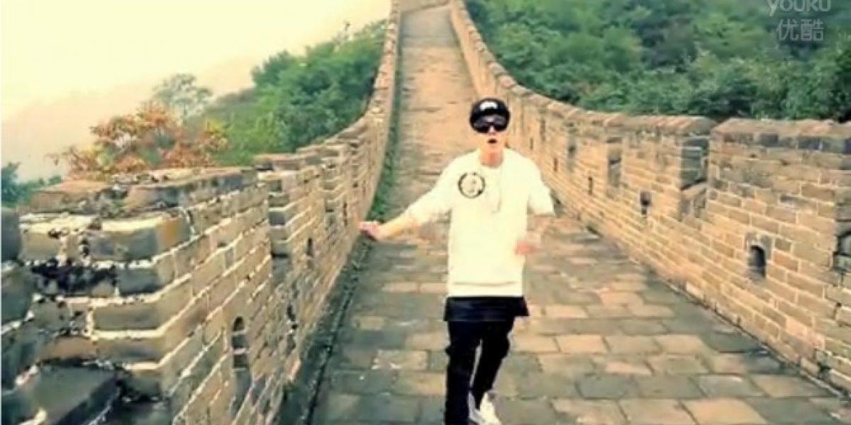 Justin Bieber baila sobre la Gran Muralla y arropa a un bebé chino en nuevo video