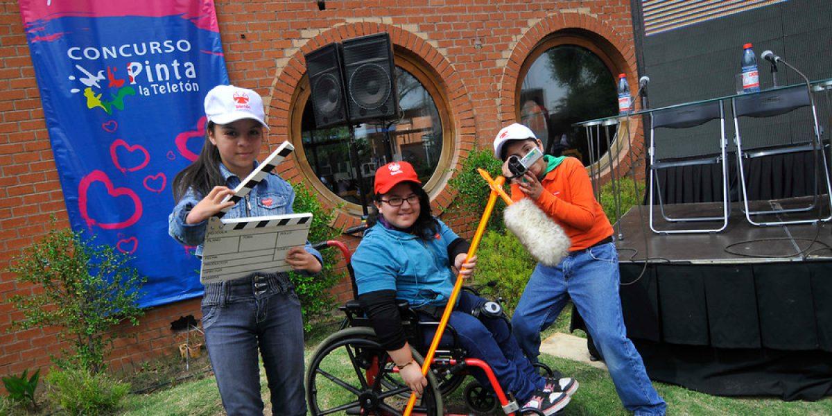 Conductoras de TV leen noticias con Niños Símbolo de Teletón