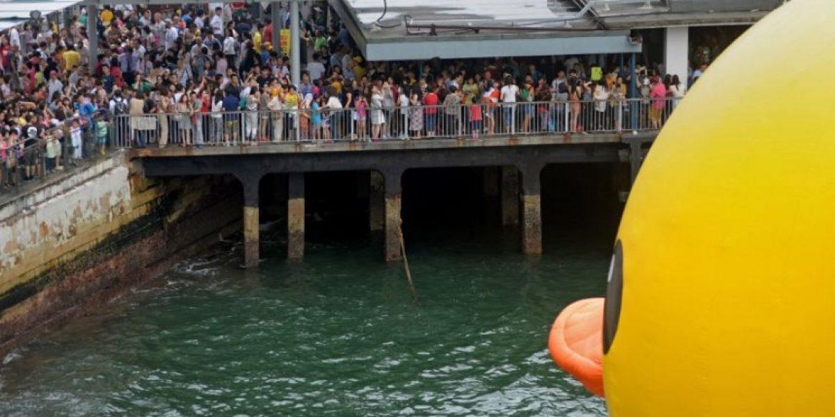 China despide al pato de goma gigante, que hizo furor en Pekín y Hong Kong