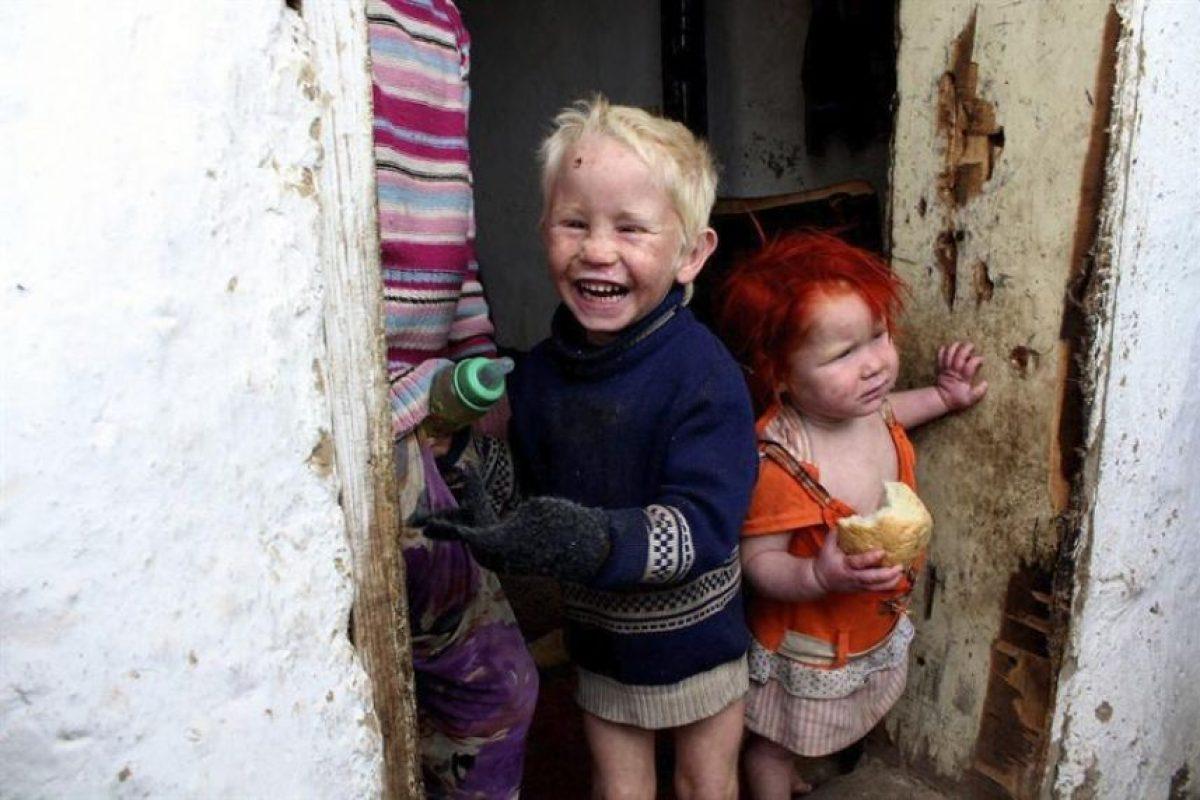 Los hijos de Sasha y Atanas Ruseva permanecen en la entrada de su casa de Nikolaevo (Bulgaria). Imagen Por: