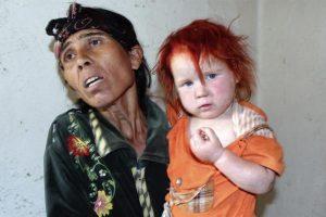 """La supuesta madre de la niña conocida como el """"Ángel rubio"""" coge a otra de sus hijas en su domicilio de Nikolaevo (Bulgaria) Foto:EFE. Imagen Por:"""