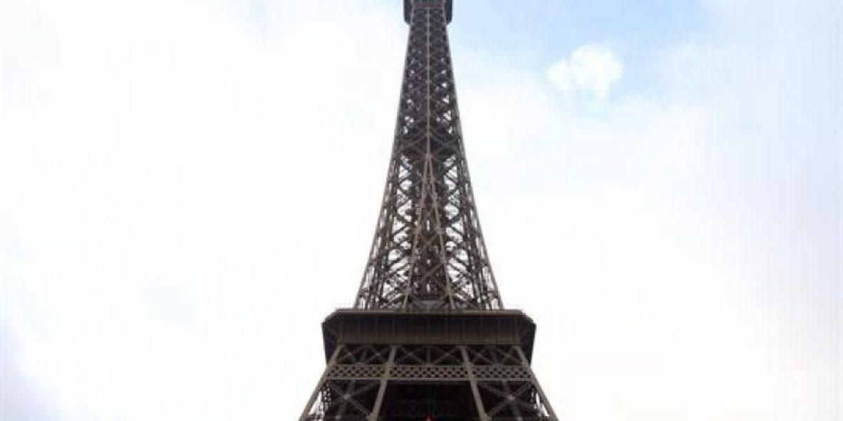 [Fotos] Se colgó de la Torre Eiffel para exigir la liberación de 30 detenidos de Greenpeace