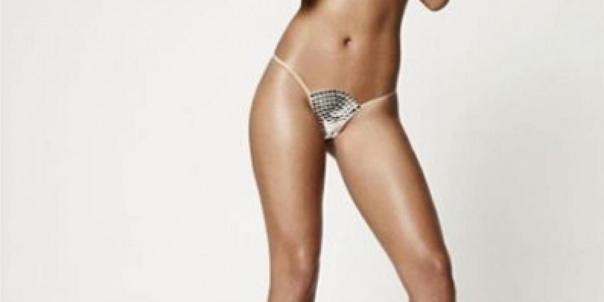 Rihanna sorprende desnuda y con serpientes en portada de revista