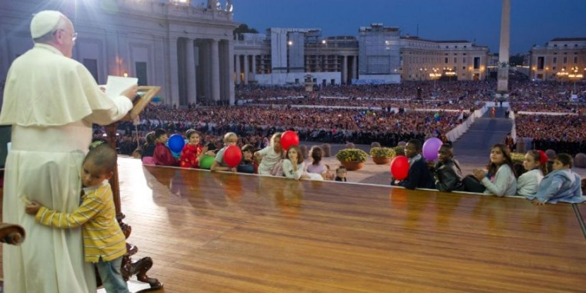FOTOS: Niño burla seguridad y obliga al Papa Francisco a salirse de protocolo