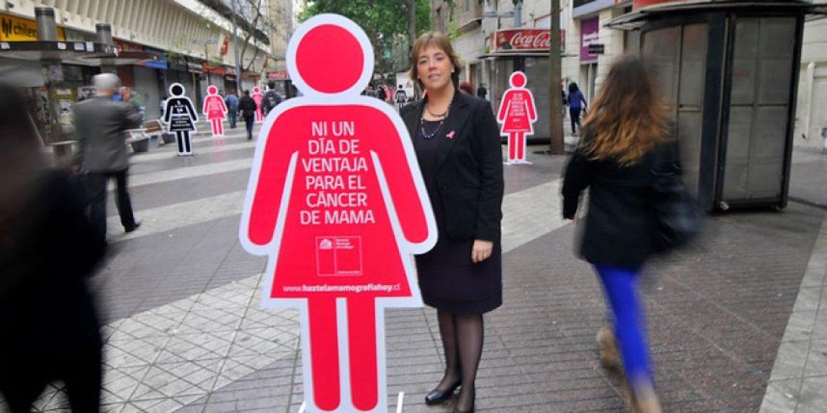 FOTOS: Intervención callejera anima a las mujeres a realizarse el exámen de mamografría