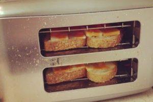 Para gratinar queso en tu pan de caja, nada mejor que voltear tu tostador (a modo de no ensuciar las rejillas) para que el calor haga su efecto.. Imagen Por:
