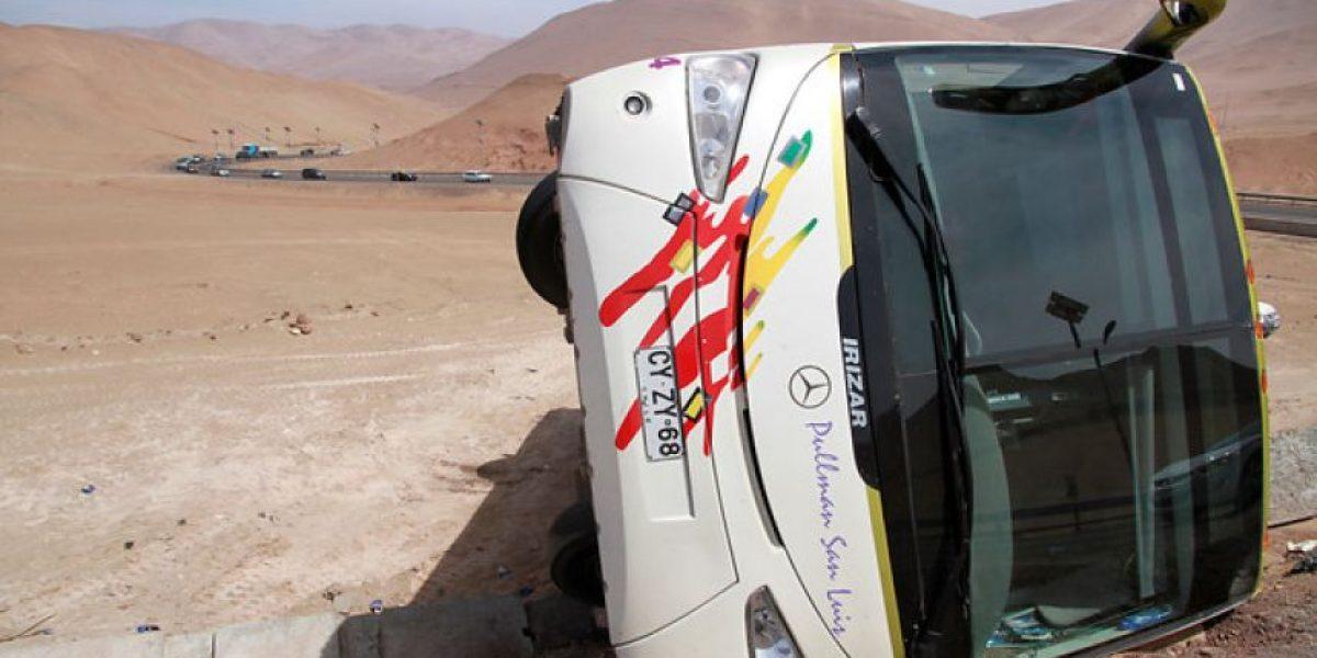 [FOTOS] Volcamiento de bus en las cercanías de Alto Hospicio deja un herido