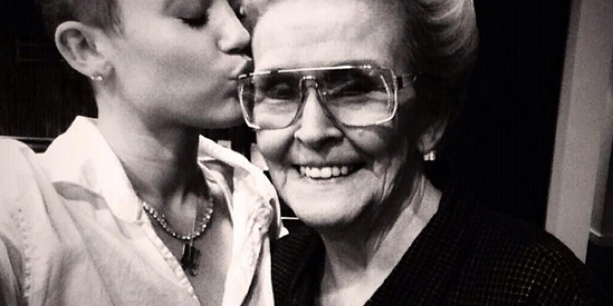 Miley Cyrus se hace tatuaje del rostro de su abuela