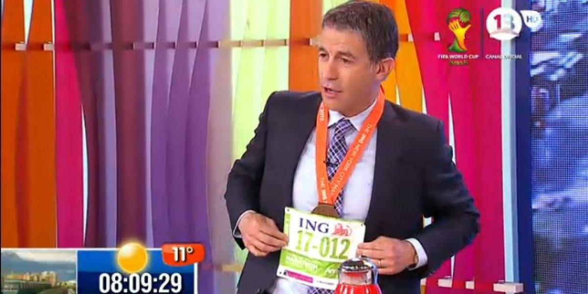 Polo Ramírez mostró orgulloso la medalla que ganó en maratón de Nueva York