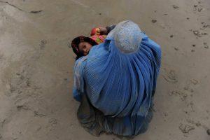 Una mujer en Afganistan junto a un niño en la calle. Pese a la ayuda internacional, el país sigue sumergido en la pobreza.. Imagen Por: