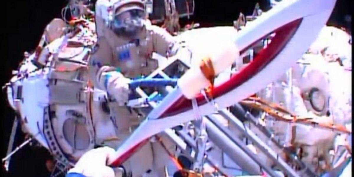 GALERÍA: Impresionante imágenes del histórico paseo espacial con antorcha olímpica rusa