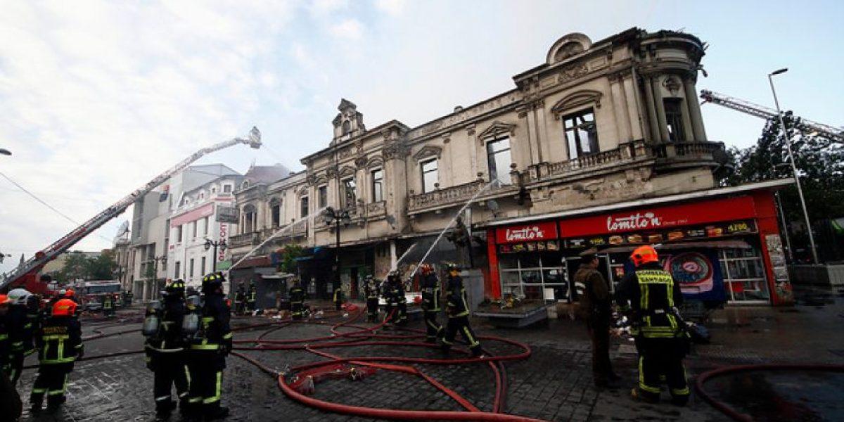 FOTOS: Voraz incendio destruye una casona y 8 locales en pleno centro de Santiago