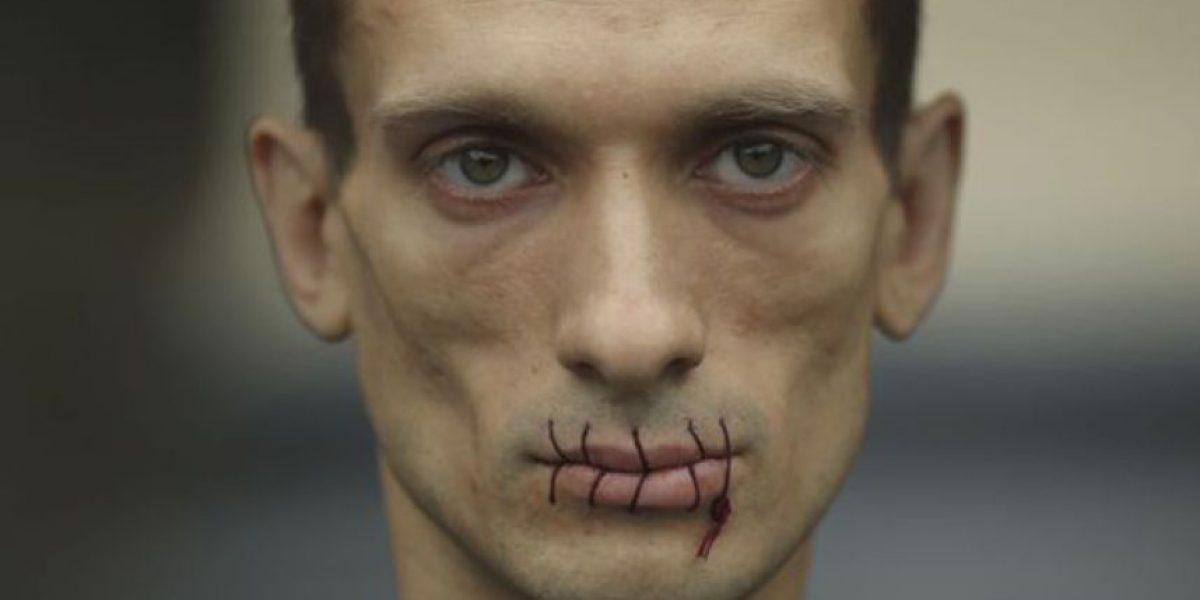 GALERÍA: Artista ruso se clava con un martillo sus testículos en la Plaza Roja de Moscú