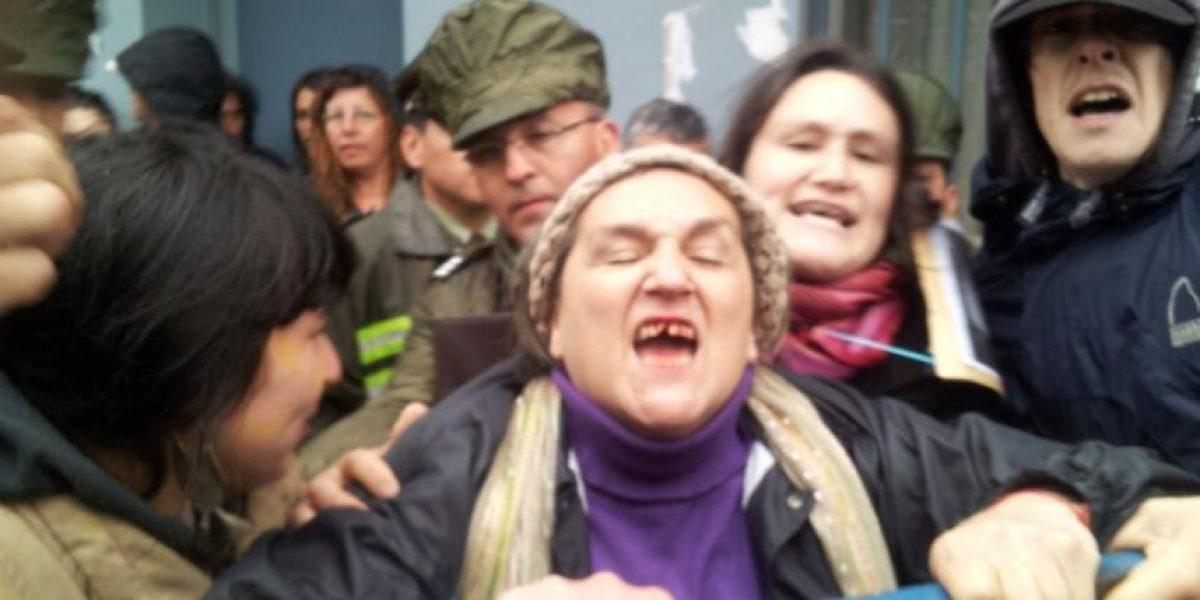 FOTOS: Madre de Matías Catrileo sufre agresión tras intentar funar cierre de campaña de Bachelet en Temuco