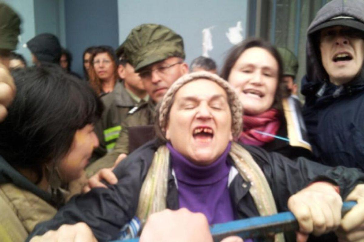 La madre de Catrileo, Mónica Quezada, tras sufrir el golpe esta tarde. Foto:@pinoandres. Imagen Por: