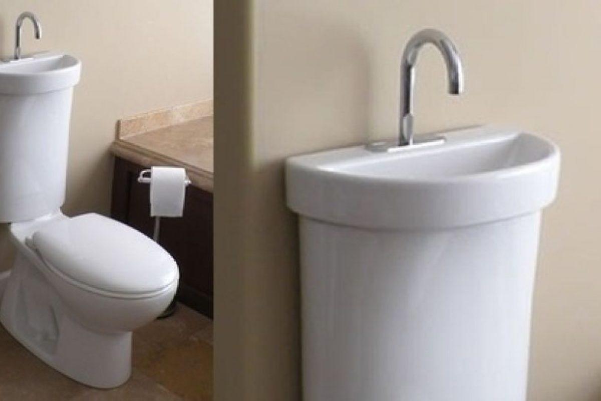 Que el lavamanos esté sobre el WC. Lavarse las manos nunca sería tan fácil.. Imagen Por: