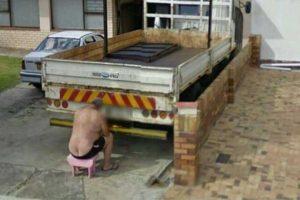 Arreglando el camión Foto:@VistoEnMaps. Imagen Por: