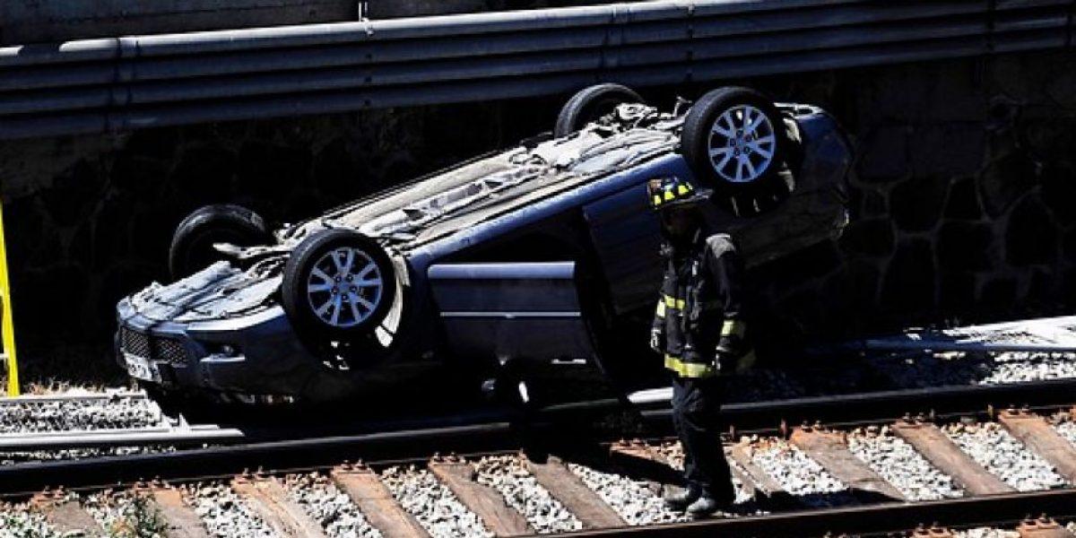 Increíble accidente en Viña del Mar: Carabinero volcó su vehículo en vía férrea