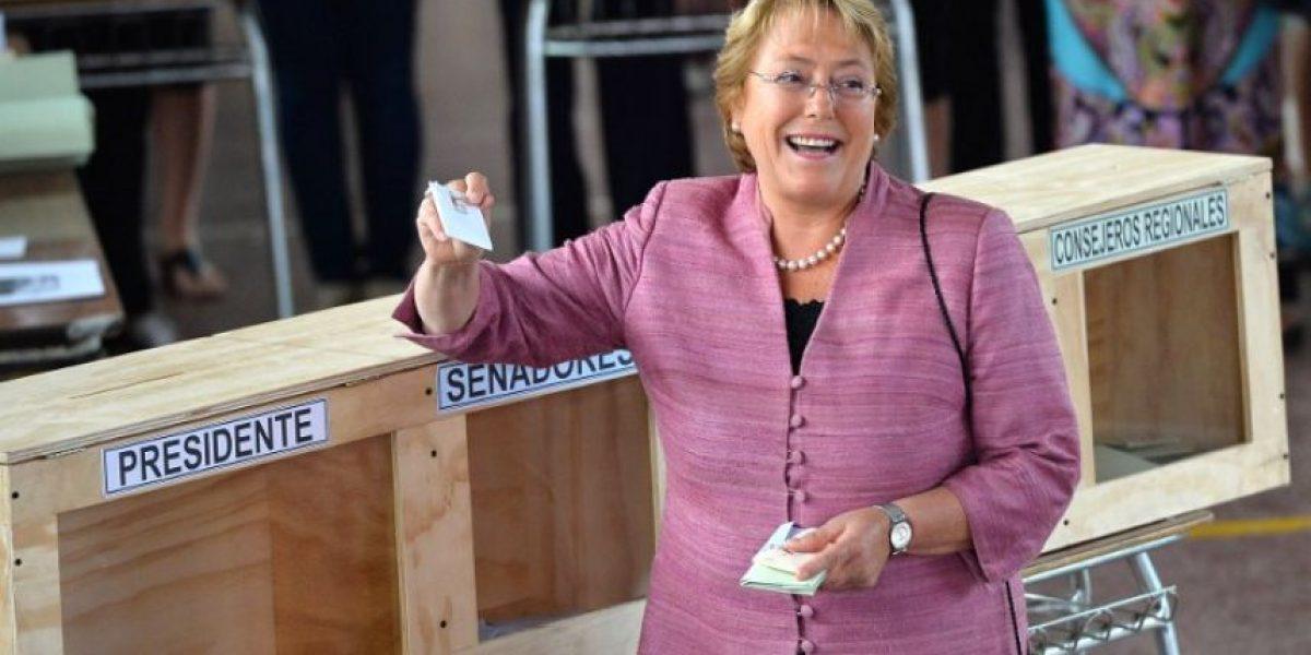 Bachelet vota y afirma que le gustaría ganar en primera vuelta
