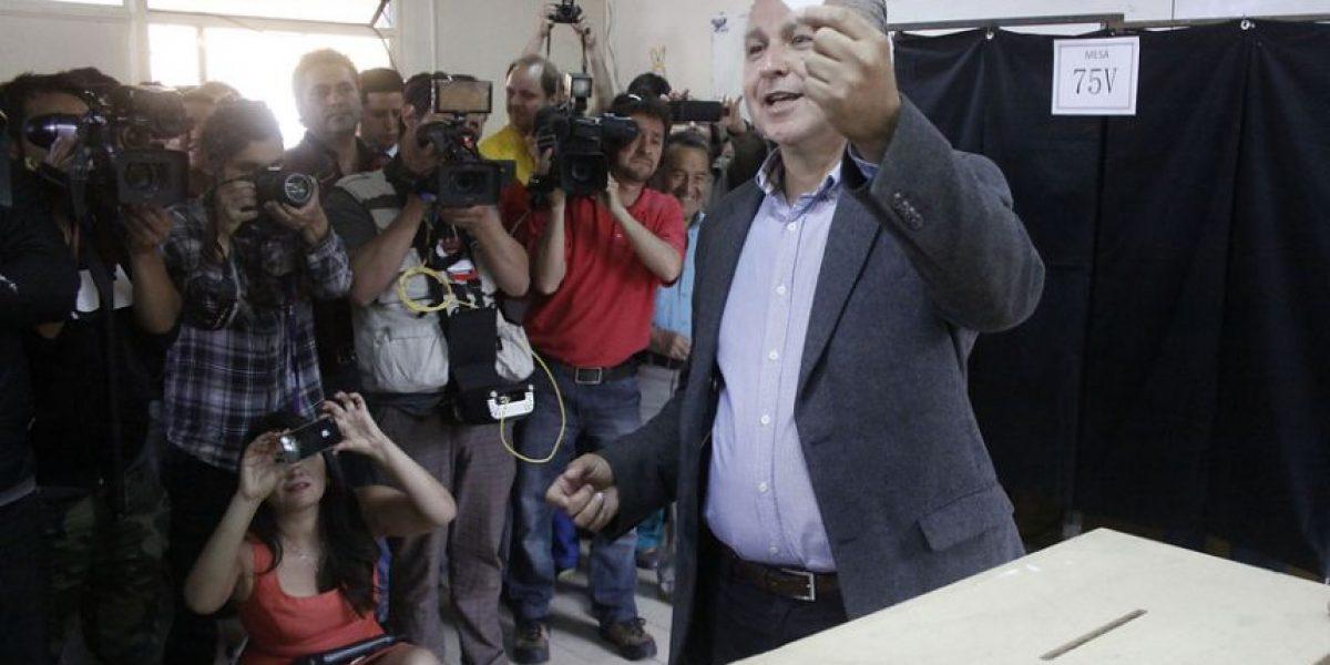 FOTOS: Marcel Claude vota confiado en llegar a segunda vuelta
