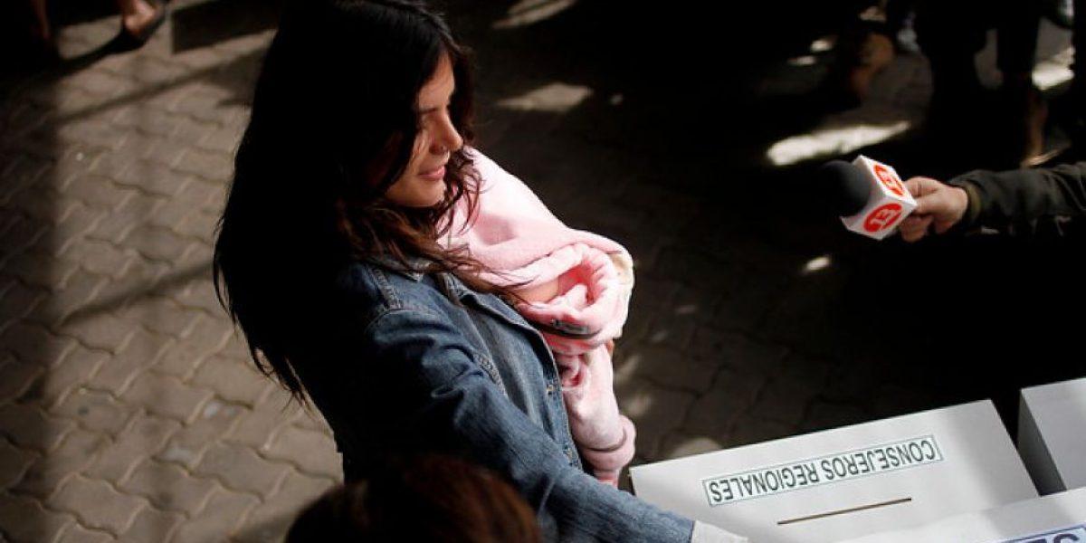 Camila Vallejo llega a votar con su pequeña hija en La Florida