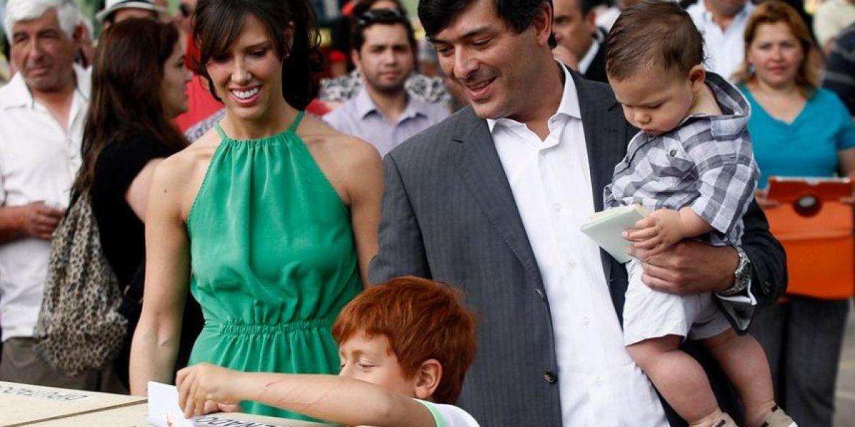 Galería: Parisi votó con su pareja, su hijo menor y lanzó una predicción