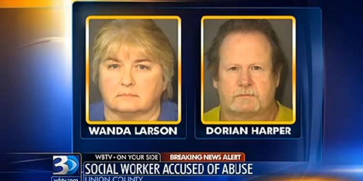 FOTOS: Trabajadora social mantenía a su hijo adoptivo encadenado con un pollo muerto alrededor de su cuello