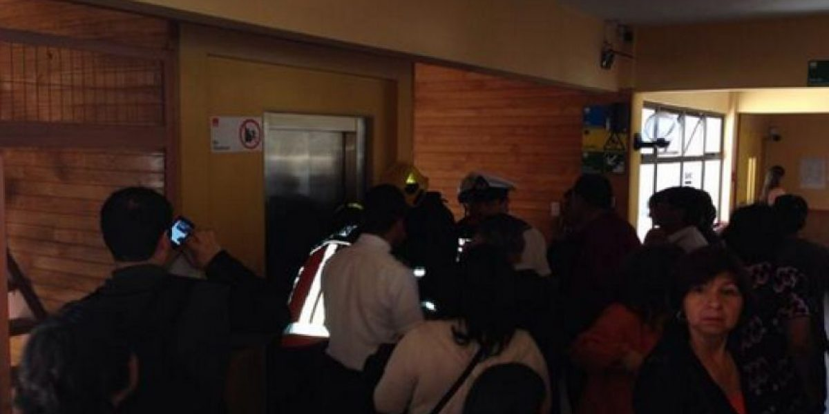 FOTOS: Cinco adultos y un niño quedan atrapados en un ascensor en local de votación