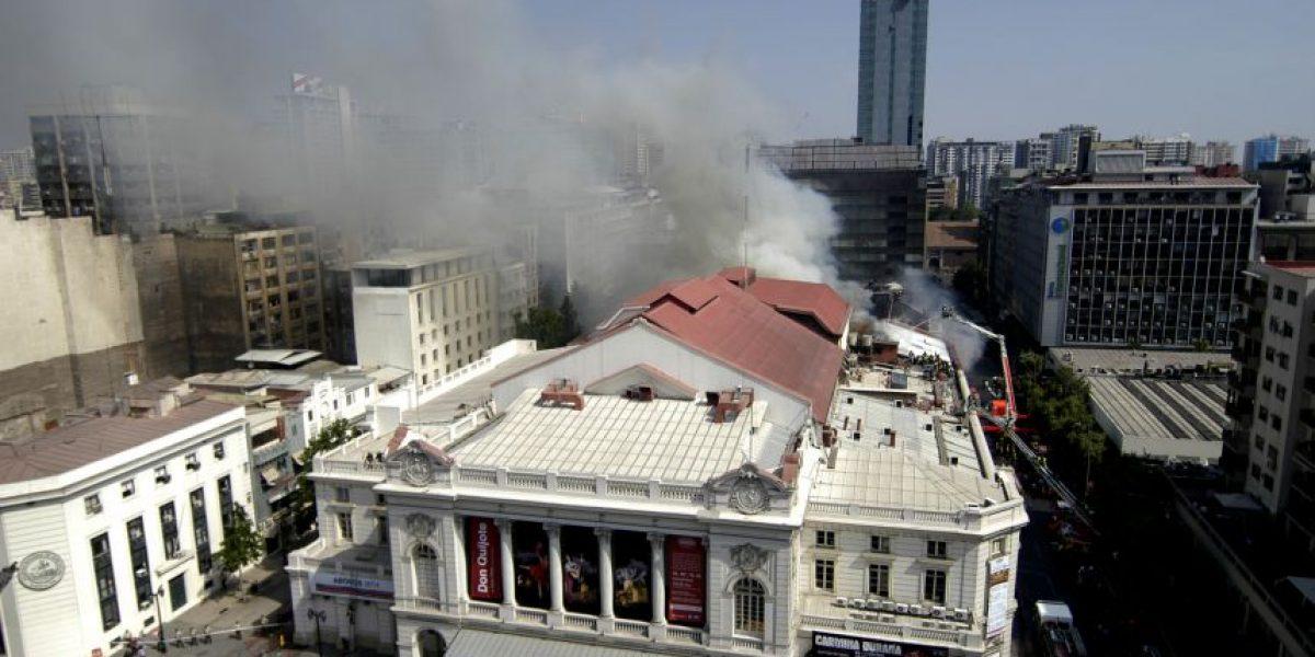 Luego de más de tres horas logran controlar fuego en el Teatro Municipal