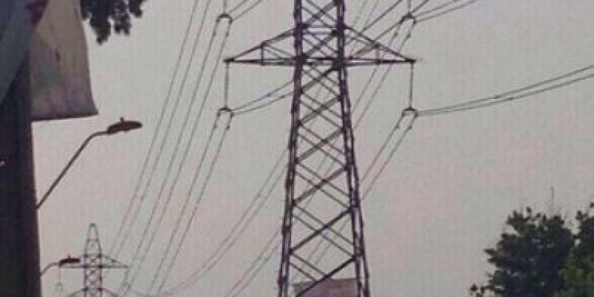 FOTOS: Tuiteros captan a hombre arriba de torre de alta tensión en Peñalolén