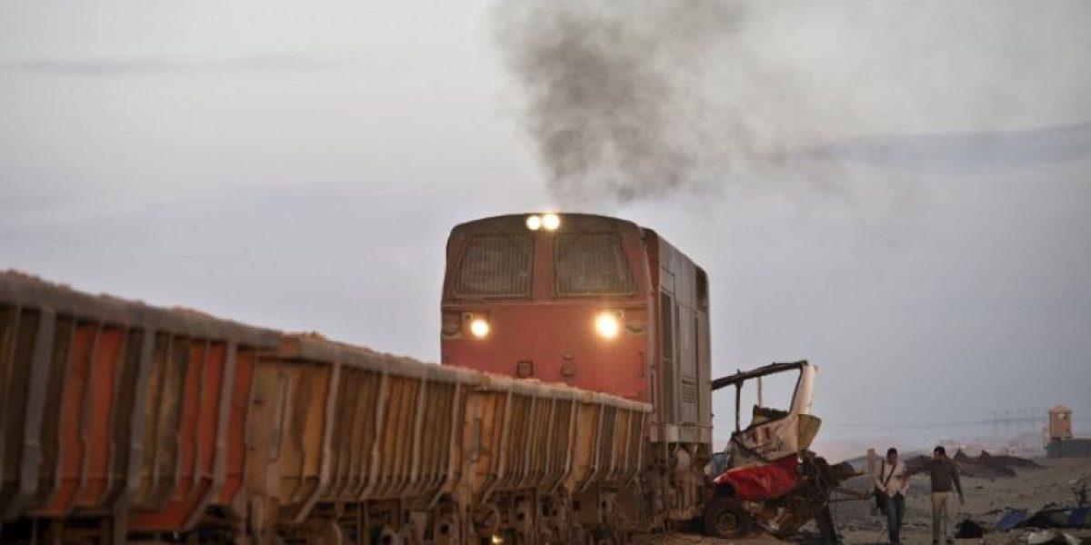FOTOS: Choque entre un tren, un bus y un auto deja 26 muertos en Egipto