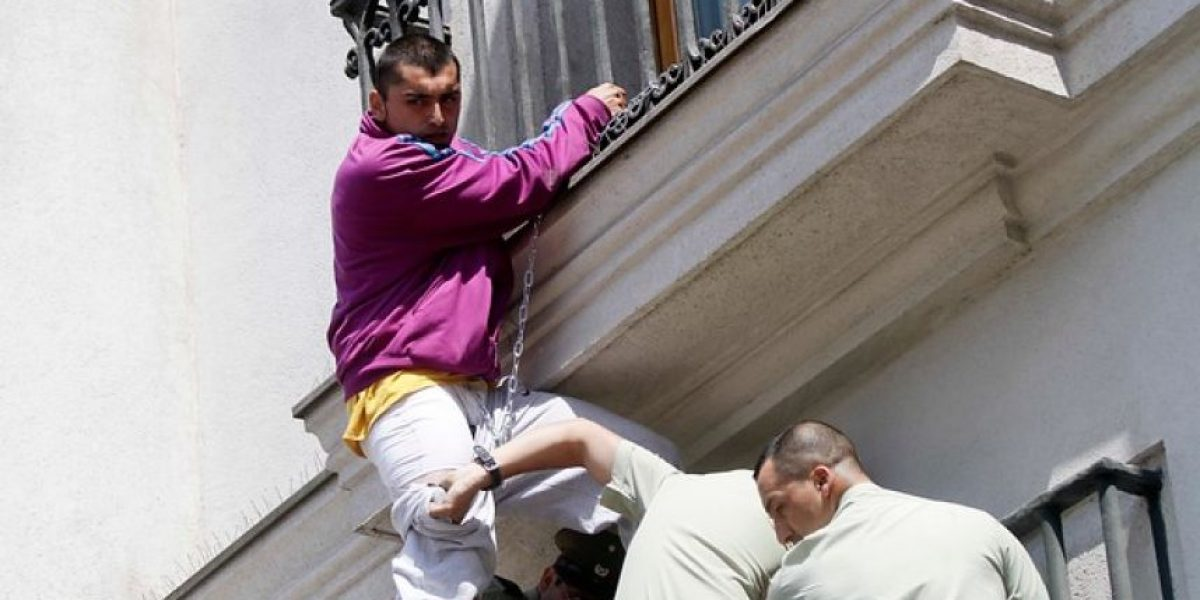 Profesor se encadena en ventana del Palacio de La Moneda