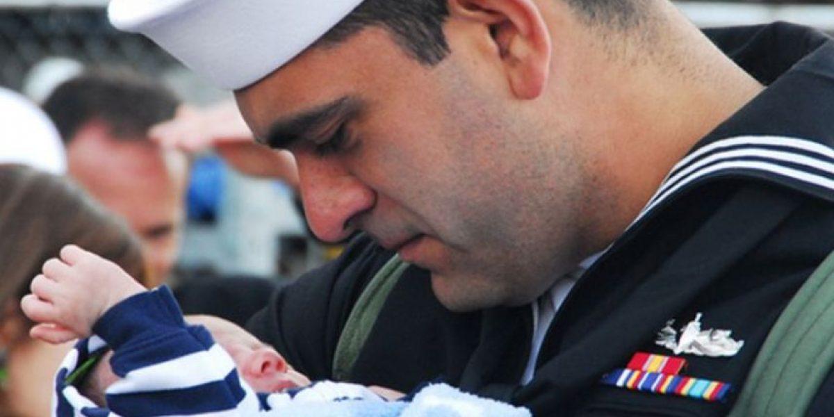 Conmovedora imágenes de soldados que ven por primera vez a sus hijos