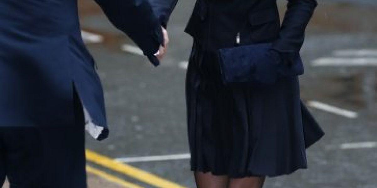 Viento casi hace pasar un bochorno a Kate Middleton