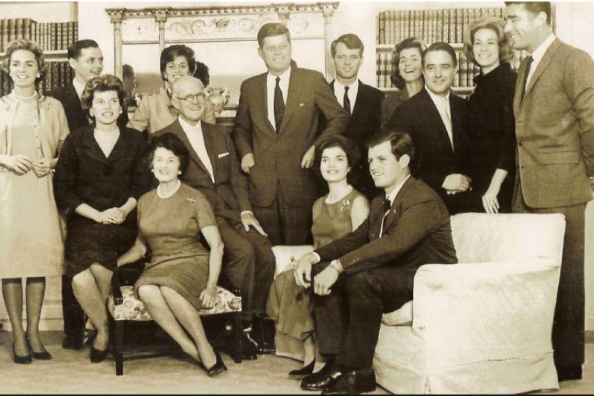 Foto:Los Kennedy son considerados la realeza americana, y una de las familias con miles de historias que envuelven poder, escándalos, sexo, y una imagen idílica que enamoró a Norteamérica a comienzos de los años 60 hasta hoy. Las repentinas muertes de sus miembros, o el destino de otros, hacen pensar en una maldición. Aquí, la familia en los tempranos años 60. Foto: Visionthought. Imagen Por: