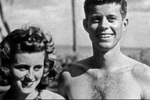 Foto:Kathleen Kennedy fue otra de las hermanas en sufrir un trágico destino. Fue bien educada en Londres, y de ahí se codeó con la alta sociedad. Se casó con el marqués de Hartington, por lo que fue rechazada por su familia (ya que los Kennedy son católicos). Enviudó en la Segunda Guerra Mundial, y comenzó una relación con Peter Wentworth Fitzwilliam, otro aristócrata. Los dos murieron en un accidente de avión, en 1948. Foto: Kennedys. tumbrl. Imagen Por: