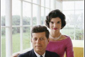 Foto:El idílico matrimonio que conquistó a los norteamericanos para 1960 en sí era una farsa. Ella se casó de 24 con un senador de 36 que era mujeriego compulsivo. Se dice que para 1958, ella pensaba divorciarse (ella también tenía un amante), pero su suegro acordó pagarle un millón de dólares para seguir con el matrimonio. Por otro lado, John F. Kennedy era un hombre enfermo. Tenía enfermedad de Addison e hipotiroidismo, y esto lo obligaba a consumir un coctel diario de medicamentos. Foto: Time.. Imagen Por: