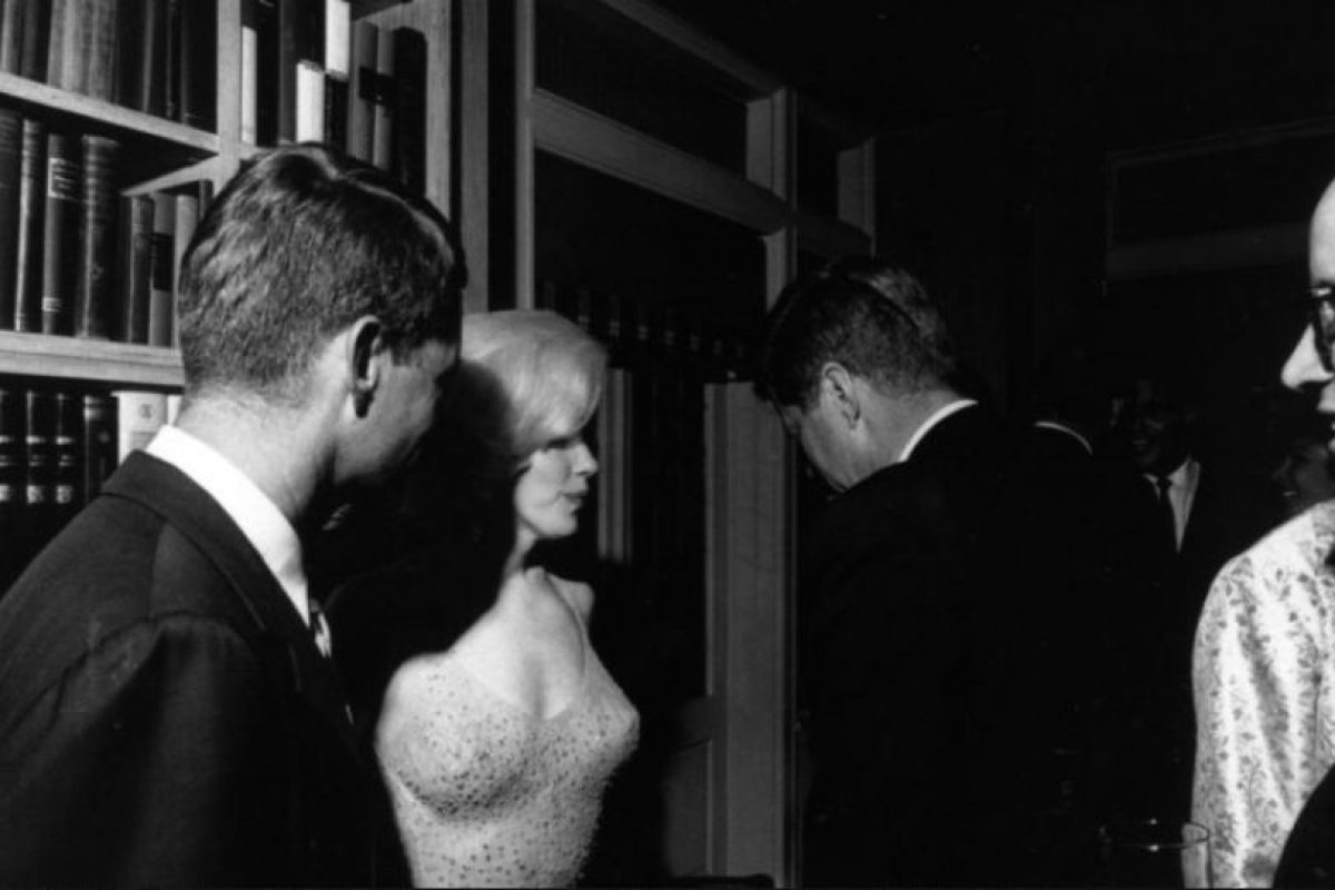 """Foto:Para cuando John F. Kennedy asumió la presidencia, tenía relaciones sexuales con sus practicantes en la Casa Blanca y con prostitutas. Y cómo no olvidar la enfermiza relación que tuvo con Marilyn Monroe. Según el libro de Francois Forestier, ella quería reemplazar a Jackie en la Casa Blanca. Jackie estaba consciente de ello. Según otro libro, publicado por Christopher Andersen, Marilyn llegó a llamar a la Primera Dama, que solo le contestó : """"Tú te casarás con Jack y te mudarás a la Casa Blanca, y asumirás todas las responsabilidades y problemas"""". Foto: Kajabakarta.. Imagen Por:"""